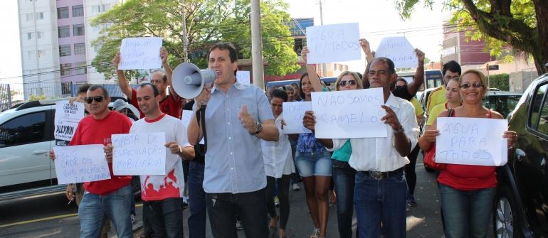 Manifestantes pedem urgência à Sanasa